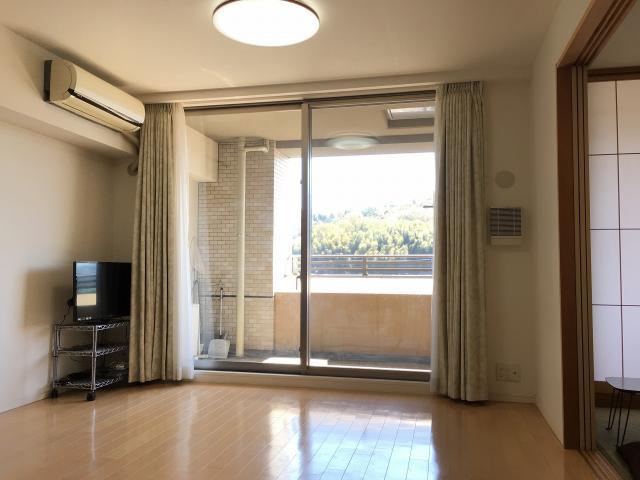 バルコニー側の窓は天井までの開口ですのでお部屋が明るく、開放感がございます。